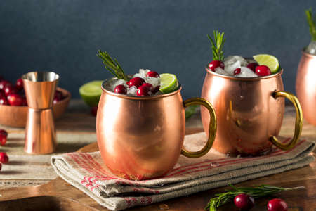 Alcoholische feestelijke Moskou-muildieren met cranberry en rozemarijn