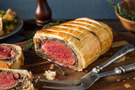 수 제 크리스마스 비프 웰링턴과 생과자 빵 껍질 스톡 콘텐츠