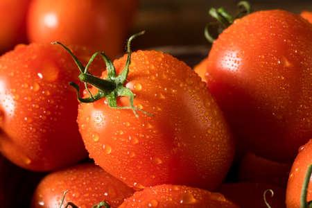 Rauwe rode biologische Roma-tomaten klaar om te koken Stockfoto
