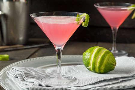수제 핑크 보드카 모 폴 리 탄 음료와 석 회 장식