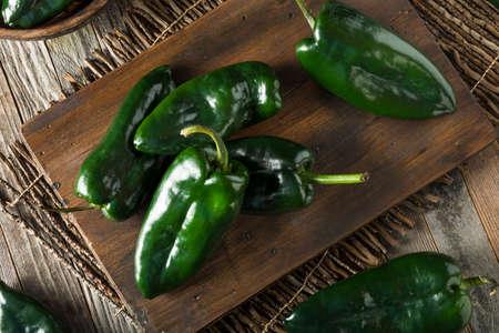 pimientos: Prima orgánica verde poblano pimientos listo para cocinar