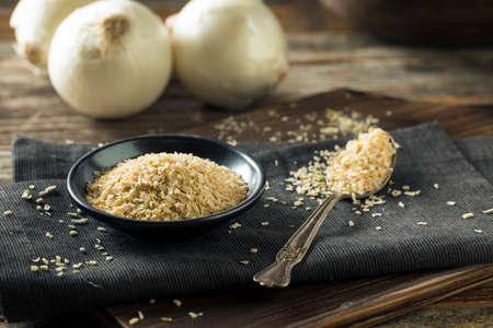 cebolla blanca: Raw blanco orgánico secado cebolla seca en un tazón de fuente