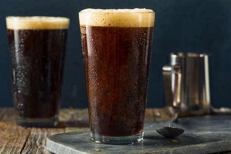 泡のニトロ冷たいビールを飲むコーヒーの準備