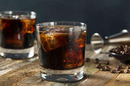 ウォッカとコーヒーのお酒で、大酒飲みで黒のロシアのアルコール カクテル