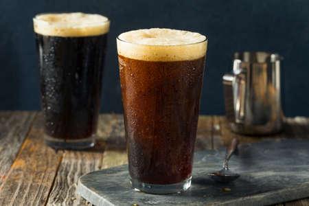 Schuimige Nitro Cold Brew koffie klaar om te drinken Stockfoto