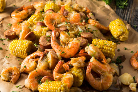 Zelfgemaakte traditionele Cajun Garnalen, kook met worst Aardappel en Corn