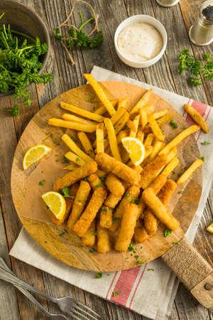 alimentos congelados: Palitos de pescado frito con patatas fritas listos para comer