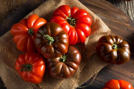 生の有機赤と茶色の家宝トマト新鮮なぶどうの木の 写真素材