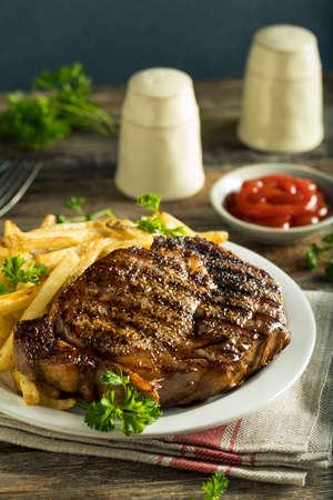 心のこもった自家製ステーキとフレンチ フライを食べる準備ができて 写真素材 - 74516950
