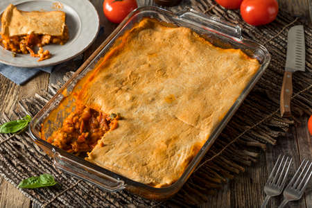 Homemade Upside Down Pizza Casserole with Beef Tomato and Crust Imagens