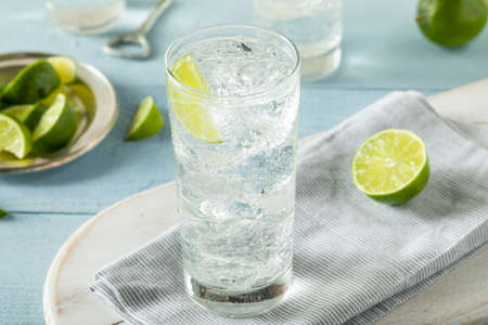 Refreshing Hard Sparkling Water with a Lime Garnish 版權商用圖片