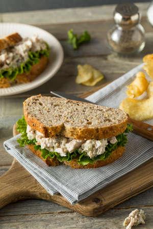 チップで自家製健康な鶏のサラダ サンドイッチ