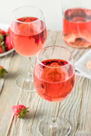 Erfrischender Roséwein im Glas Standard-Bild - 76448754