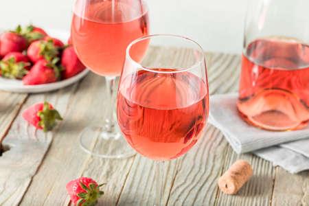 Erfrischender Roséwein im Glas Standard-Bild - 76448778