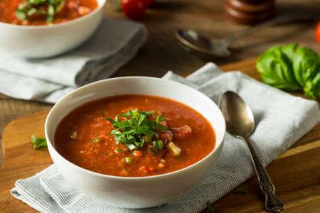 바질과 오이가 들어간 차가운 상쾌한 가스 파초 수프