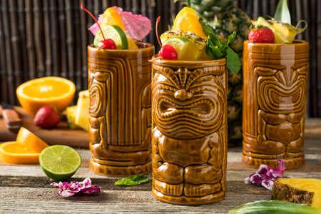 Verfrissende Koude Tiki Drinken Cocktails Met Ananas Kersen Oranje Garnituren