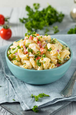 Yummy Homemade Macaroni Salad with Tomato Onion Celery and Parsley 免版税图像
