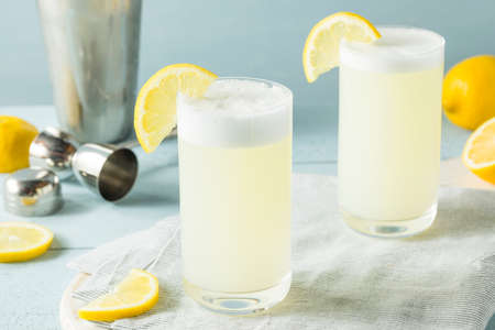 Refreshing Cold Egg Gin Fizz with a Lemon Garnish 版權商用圖片