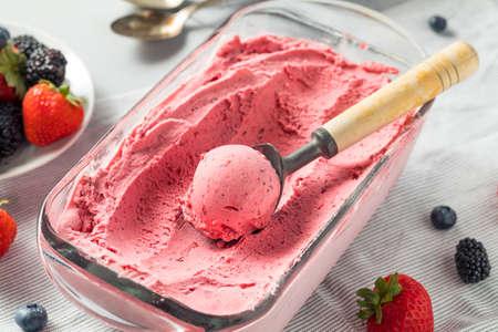 달콤한 수 제 베리 아이스크림 먹을 준비가 스톡 콘텐츠