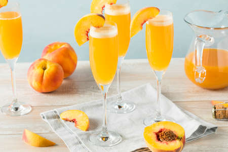 Sweet Bubbly Peach Bellini Mimosa met champagne
