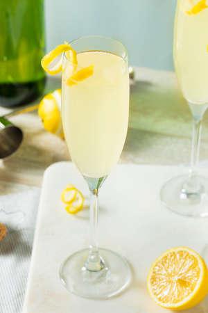 Boozy Bubbly 레몬 프렌치 75 칵테일 샴페인 스톡 콘텐츠