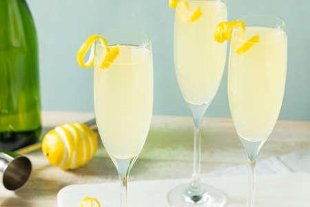 Boozy Bubbly Lemon Französisch 75 Cocktail mit Champagner
