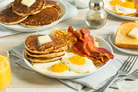 卵で健康的なフル ・ アメリカン朝食パンケーキとベーコン