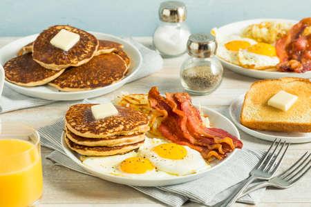 Desayuno americano completo saludable con huevos tocino y panqueques Foto de archivo - 84868306
