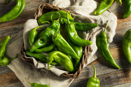 Raw Green Spicy Hatch Peppers in a Basket Foto de archivo
