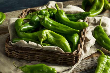 Ruwe groene kruidige broedselpeper in een mand Stockfoto