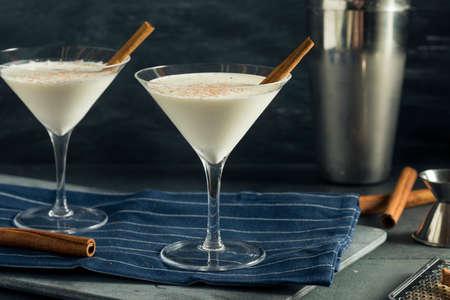 Homemade Creamy Eggnog Cinnamon Dessert Martini met nootmuskaat