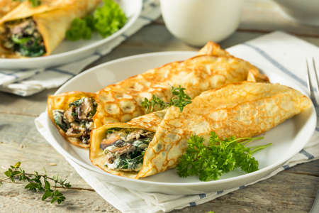 Pikantne domowe pieczarki i szpinakowe naleśniki z serem Zdjęcie Seryjne