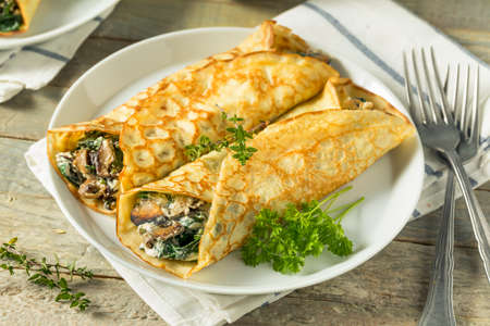 Savory Homemade Mushroom and Spinach Crepes with Cheese 免版税图像 - 89491224
