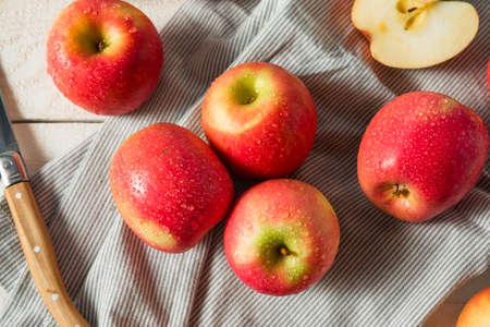 Rohe rote organische rosa Dame Äpfel bereit zu essen Standard-Bild - 90379366