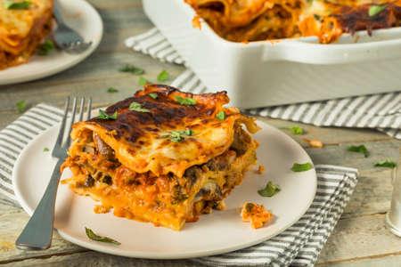 Hartige zelfgemaakte Italiaanse rundvlees lasagne met kaas en saus