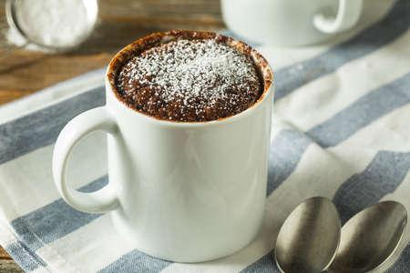 Zelfgemaakte magnetron chocolademelk brownies met poedersuiker Stockfoto