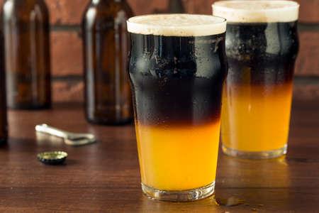 Iers gelaagd zwart en bruin bier met lagerbier en stevigheid