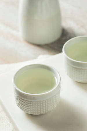 Alcoholic Japanese Sake Rice Wine in a Ceramic Glass Stockfoto