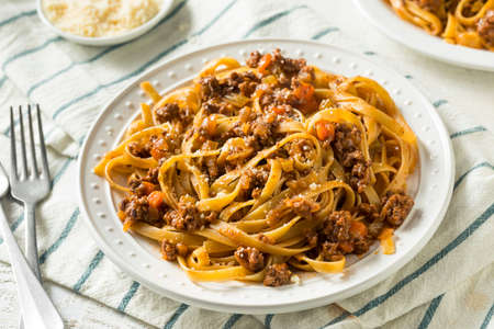 Homemade Italian Ragu Sauce and Pasta with Cheese Standard-Bild