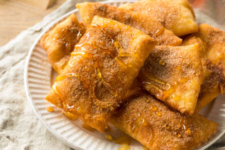 Homemade Deep Fried Mexican Sopapillas with Cinnamon Sugar Stockfoto