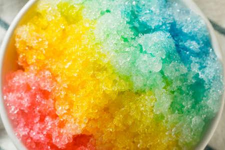 Süßes hausgemachtes rasiertes Regenbogen-hawaiianisches Eis in einer Schüssel Standard-Bild