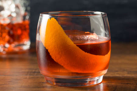 Alcoholic Red Negroni Cocktail with Vermouth Gin and Oranges Foto de archivo