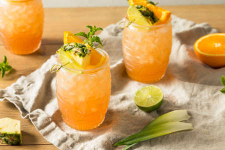 Refreshing Summer Tiki Cocktail Drink with Rum Lime and Pineapple 版權商用圖片