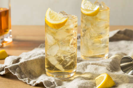 Homemade Seven and Seven Whiskey HIghball with Lemon 写真素材 - 105591356