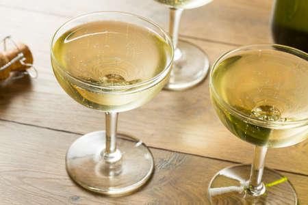 마실 준비가 된 쿠페 유리에 샴페인 와인