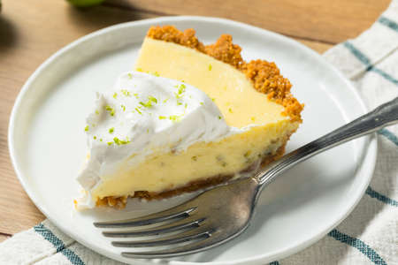 Sweet Homemade Key Lime Pie with Zest and Cream 版權商用圖片