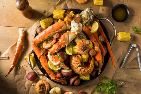 Homemade Cajun Seafood Boil with Lobster Crab and Shrimp Standard-Bild