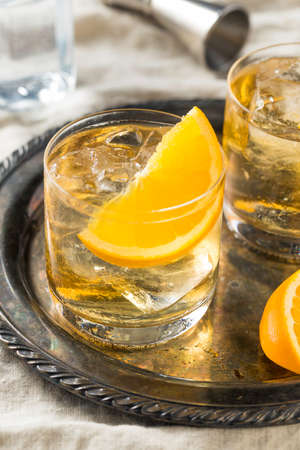 Refreshing White Port and Tonic with Orange Garnish 版權商用圖片