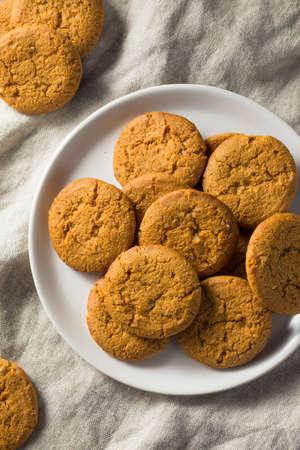 Zelfgemaakte Ginger Snap Cookies Klaar om te eten Stockfoto