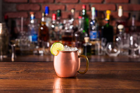 Refreshing Vodka Moscow Mule Cocktail on a Bar Imagens